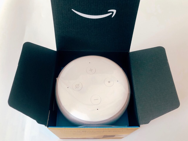 箱を開けるとAmazon Echo Dot with clock本体があった