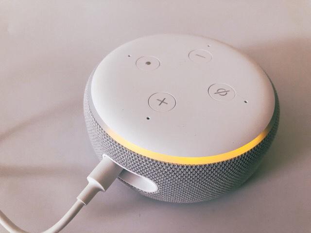 Amazon Echo Dot with clockの電源がついた