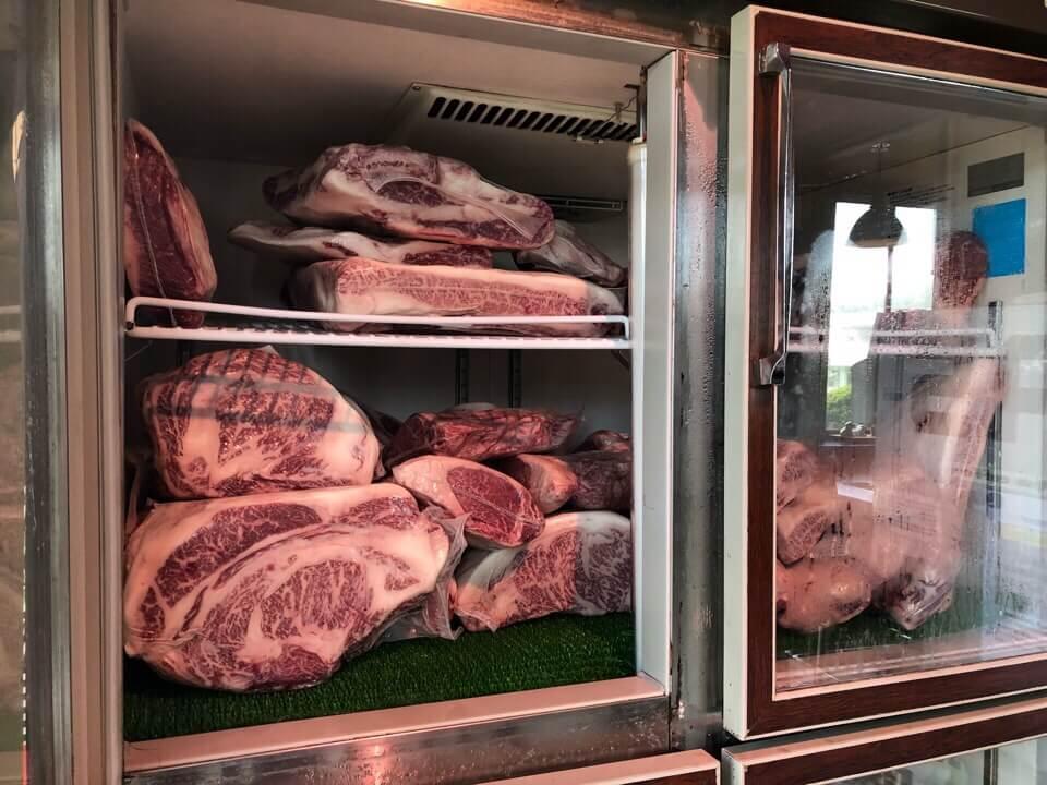 お店の横にある冷蔵庫には塊肉が沢山!