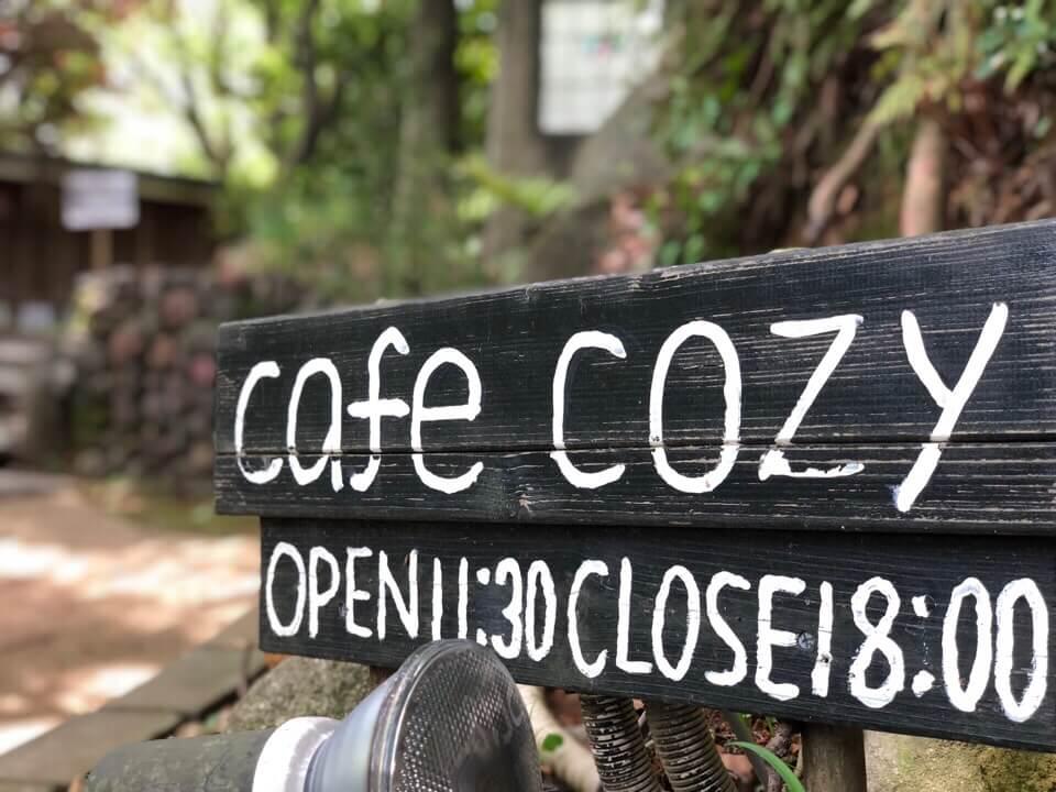 Cafe Cozyの看板 営業時間は11:30から18:00