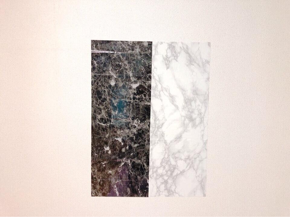 壁にダイソーのリメイクシート大理石柄ブラック、大理石柄・ホワイトを並べて貼ってみた