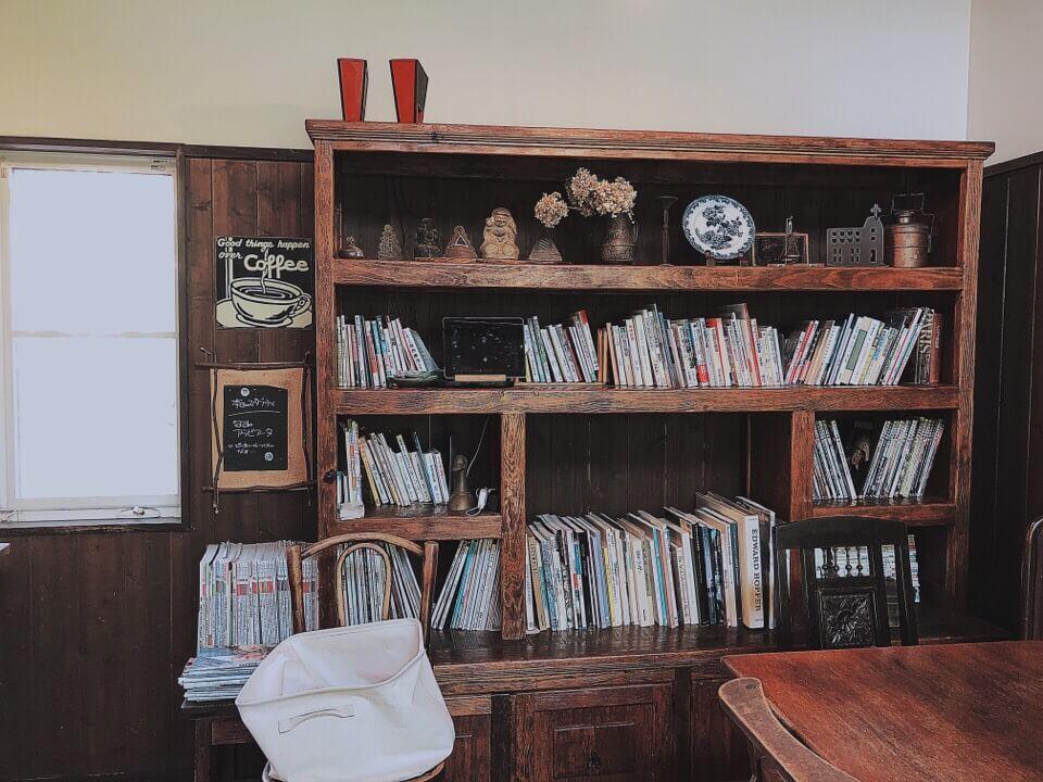 カフェ・ド・ジーノの店内の本棚