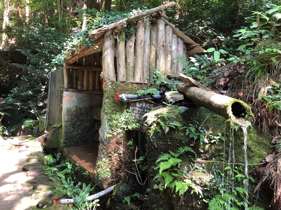 山の寺 邑居のお庭の奥で山の寺水原水を飲める