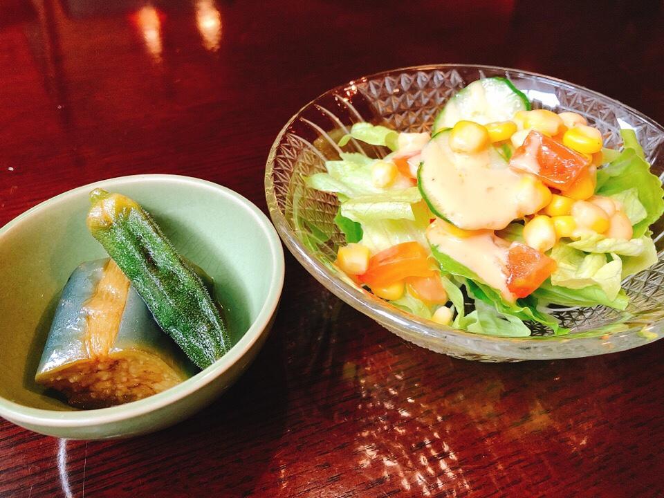 住吉モンキーレンチの小鉢とサラダ