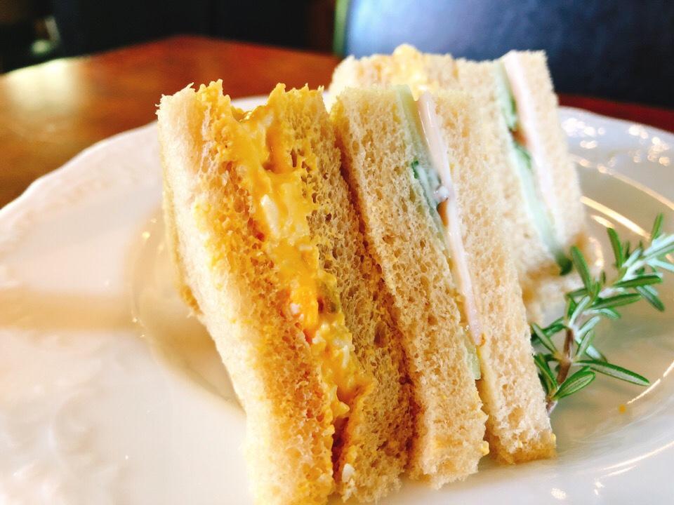 シシングハーストのアフタヌーンティーセットのサンドイッチをいただきます