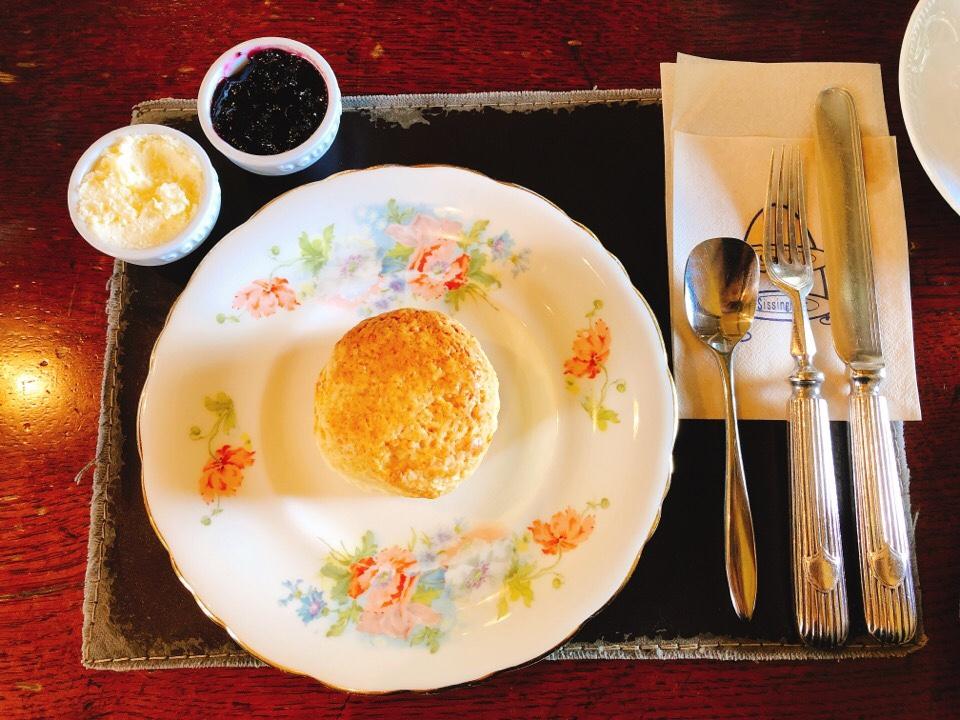 シシングハーストのアフタヌーンティーセットのスコーンをお皿に移動