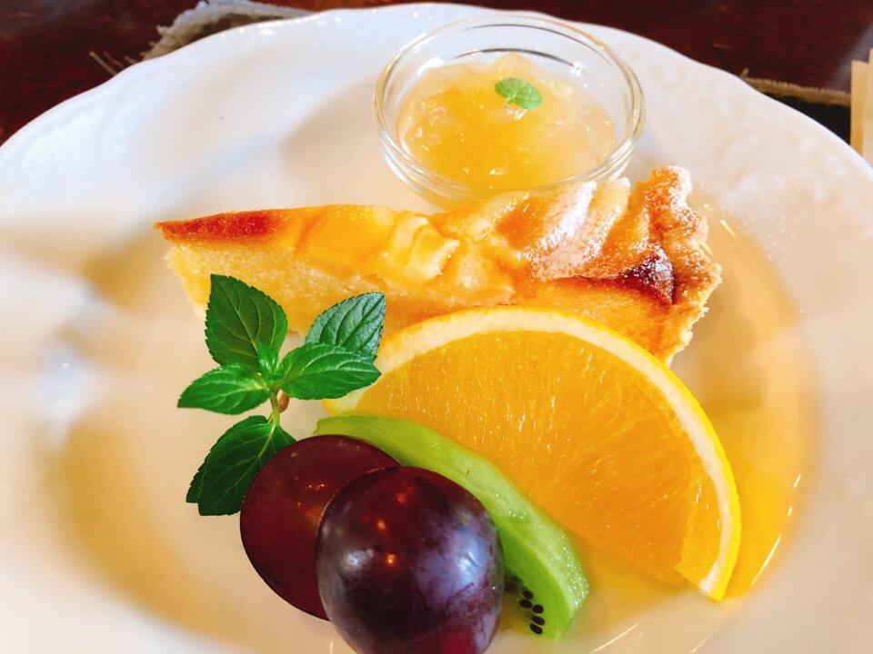 シシングハーストのアフタヌーンティーセットのケーキは洋ナシのタルト