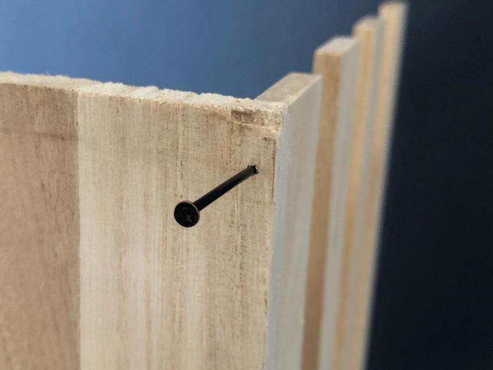 セリアのすのこと木板を釘でとめていく