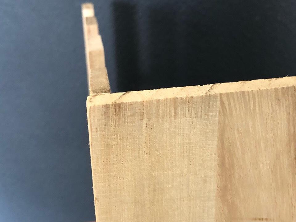 すのこと木板を釘でとめる