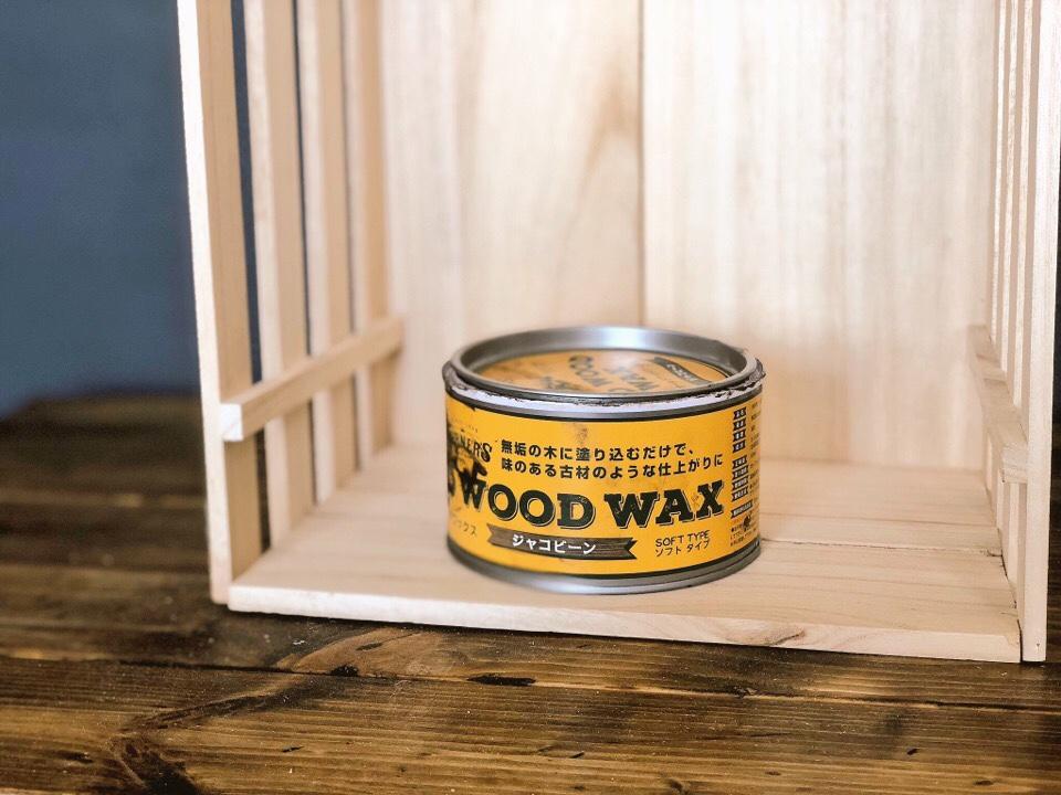 OLD WOOD WAXという塗料をすのこラックに塗っていく