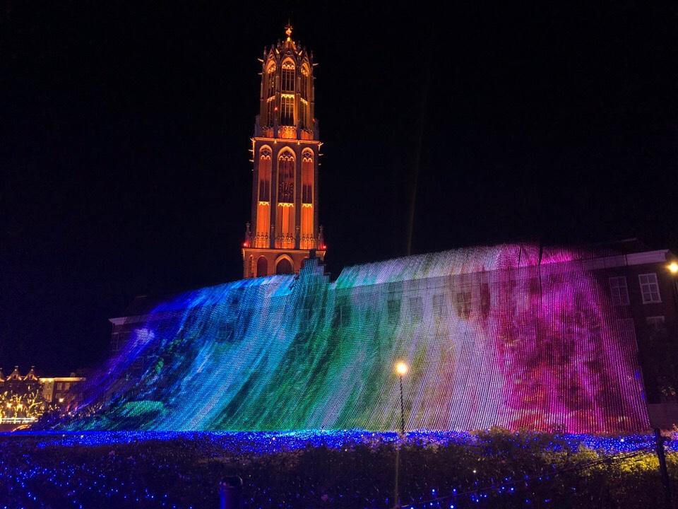 ハウステンボス「光の王国」の光の滝ブルーウェーブ