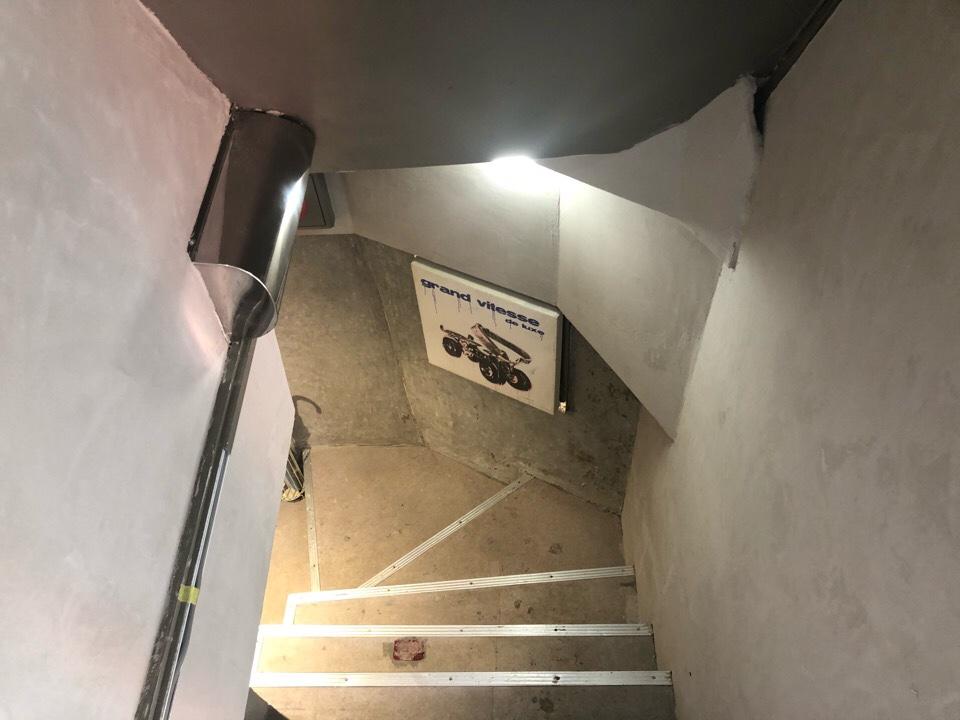 住吉の地下にあるカフェ『cafe&bar MALGOT』の階段を降りる