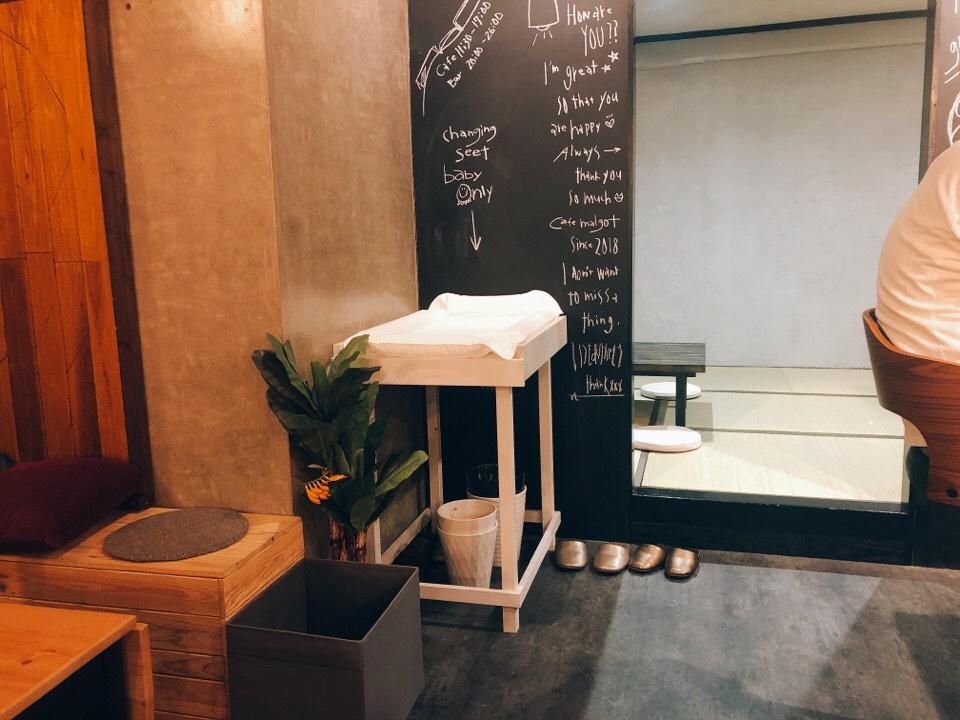 住吉の地下にあるカフェ『cafe&bar MALGOT』の店内にはオムツを変えられるベッドもある