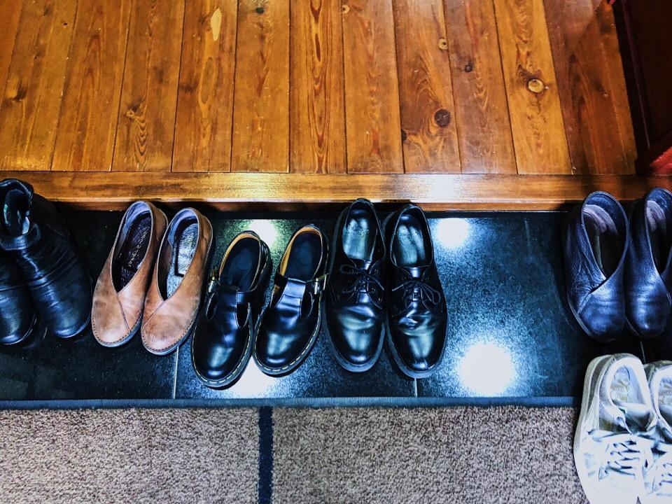 梅蓮はお店の入り口(玄関)で靴を脱ぐ
