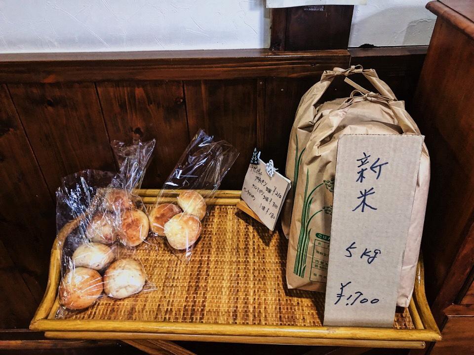 梅蓮のレジ横で自家製天然酵母パンを販売している
