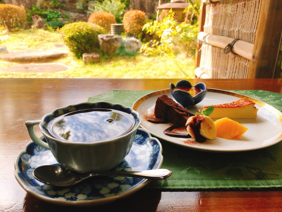 梅蓮の食後にはデザートとコーヒーか紅茶を日本庭園を眺めながら楽しめる