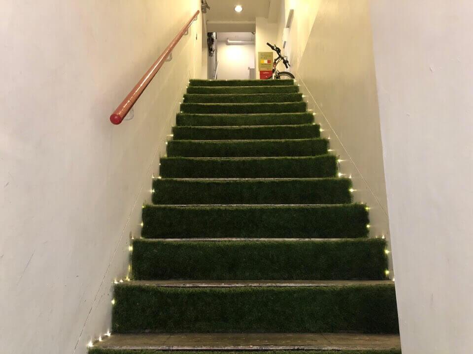 azitoは2階にあるので階段を登ります