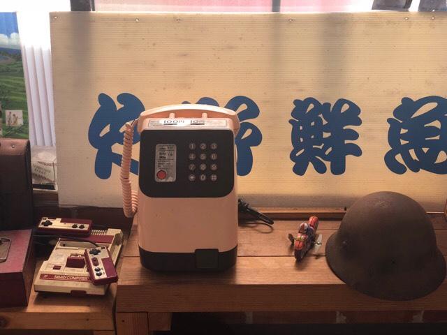 竹野鮮魚の入り口までの廊下にはレトロな電話などが展示されている