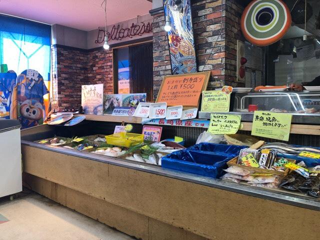 竹野鮮魚の陳列ケースに並ぶ新鮮なお魚たち