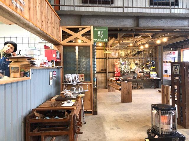 ボーダレスラウンジの1階は長崎県産の食材などを販売するスペースとカフェがある