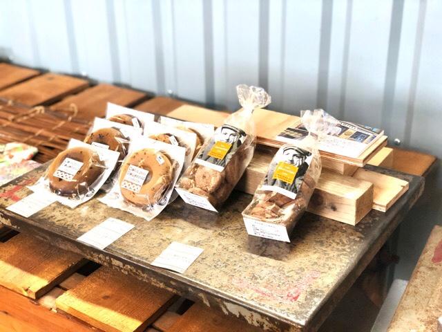 ボーダレスラウンジにはドーナツなどの焼き菓子も販売されている
