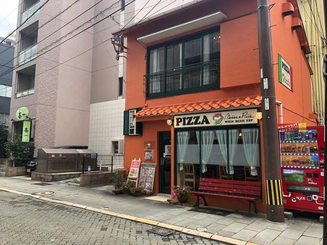 オレンジ色のお店がマンマのピッツァ