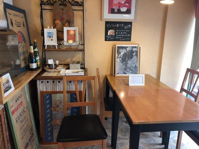 マンマのピッツァの1階のテーブル席