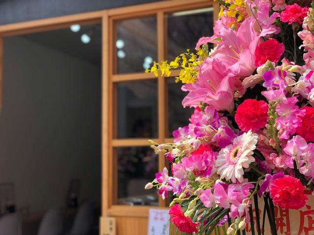 お花に癒されながらオープンするのを待ちます